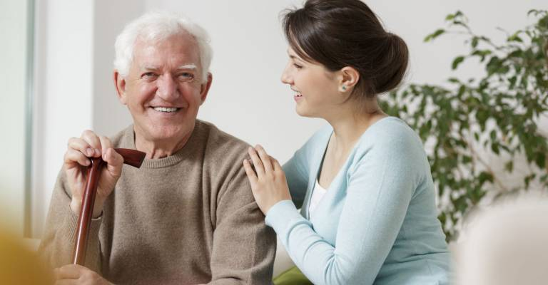 Vrouw zorgt voor oudere man