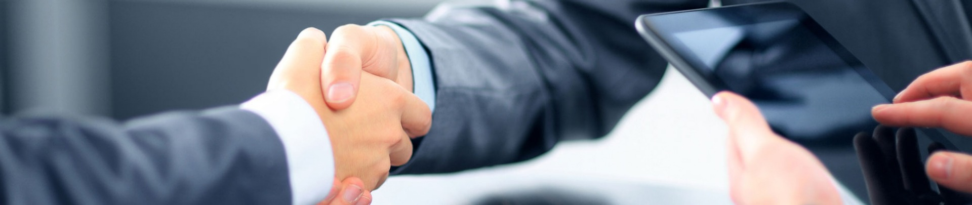 zakenpartners schudden elkaar de hand